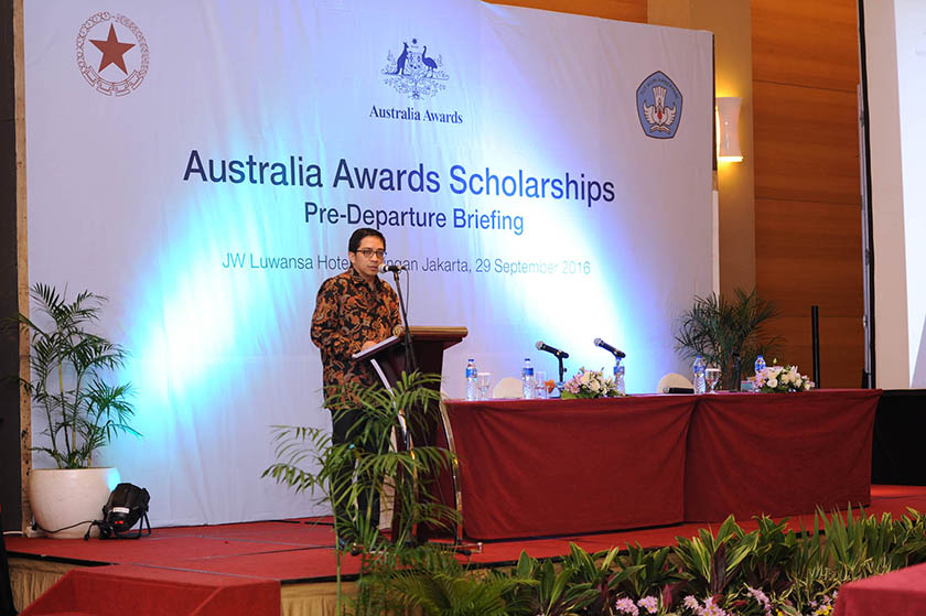 Alumni Ambassador Dr Phillip J Vermonte gives tips about studying in Australia to Indonesian scholars at Pre-Departure Briefing, Jakarta 29 September 2016