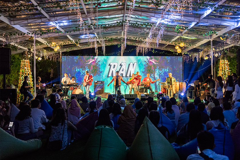 More than 500 Australian alumni and their friends gathered in the Australian Embassy's backyard for a music festival Gig on the Green. It brings our young alumni together to support for Indonesia's relief efforts in Central Sulawesi and Lombok.